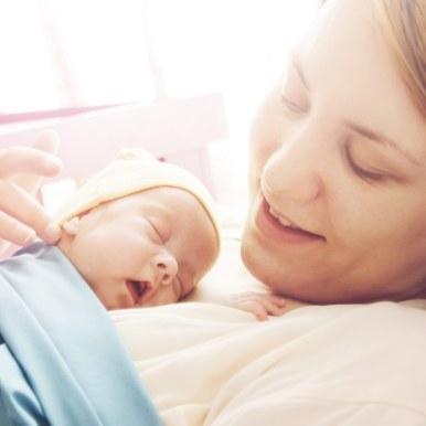 Accouchement par césarienne ou par voie basse mere bébé