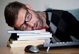 Cause du mauvais sommeil Vous dormez mal et vous voulez arranger ça ? La toute première des choses à faire, c'est de trouver le coupable. Et oui, il est beaucoup plus facile de combattre un ennemi quand on l'a démasqué. Pour cela il va falloir faire le tour de vos mauvaises habitudes. Cherchez bien ; on en a tous. Voici une petite liste non exhaustive rien que pour vous. Et même si ces conseils vous les avez déjà vu ou entendu, une piqûre de rappel est souvent nécessaire. - Faire la grasse matinée. - Boire du café après 15 heures. - Faire la sieste. - Bo